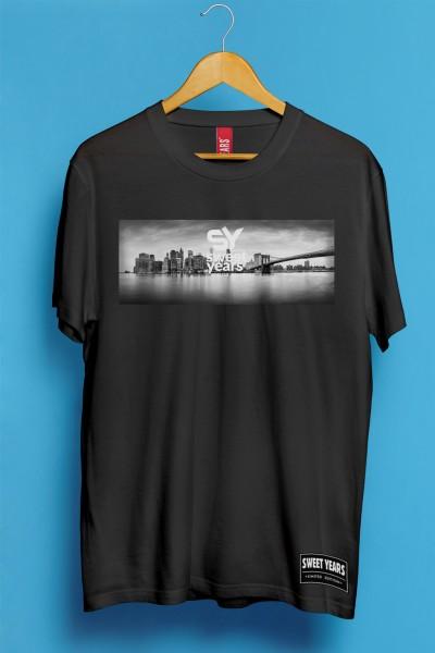 T-shirt Sweet Years da uomo in cotone con grande stampa in bianco e nero dello skyline di New York.
