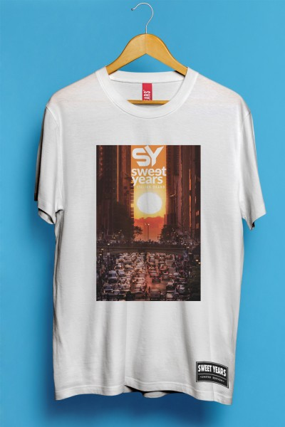 T-shirt Sweet Years da uomo in cotone con grande stampa multicolor di auto nel traffico al tramonto.