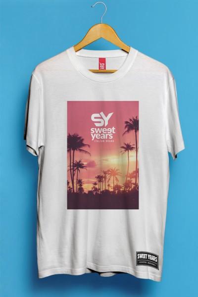T-shirt Sweet Years da uomo in cotone con grande stampa multicolor di un tramonto in rosa con palme sullo sfondo.