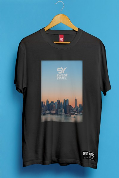 T-shirt Sweet Years da uomo in cotone con grande stampa multicolor dello skyline di New York al tramonto.