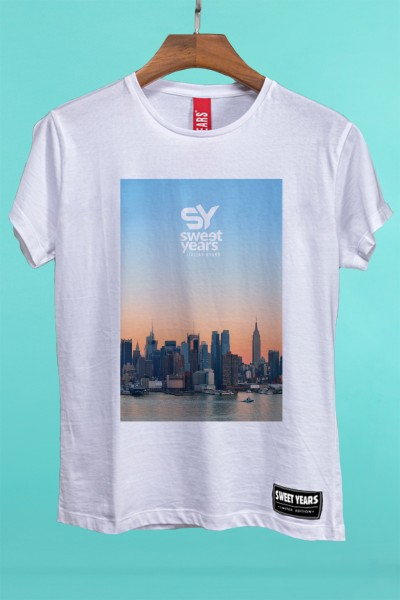 T-shirt Sweet Years da donna in cotone con grande stampa multicolor dello skyline di New York al tramonto.