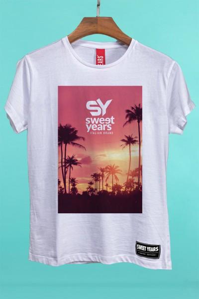 T-shirt Sweet Years da donna in cotone con grande stampa multicolor di un tramonto in rosa con palme sullo sfondo.