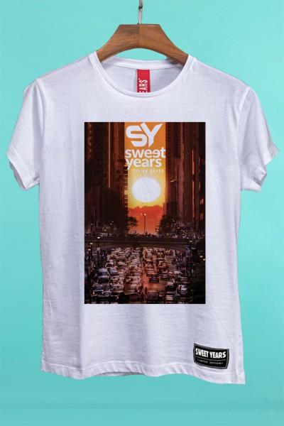 T-shirt Sweet Years da donna in cotone con grande stampa multicolor di un tramonto con palme sullo sfondo.