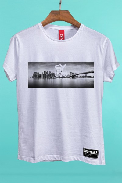 T-shirt Sweet Years da donna in cotone con grande stampa in bianco e nero dello skyline di New York.
