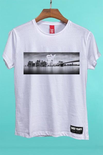 T-shirt Sweet Years da donna in cotone con grande stampa in bianco e nero dello skyline di New York.