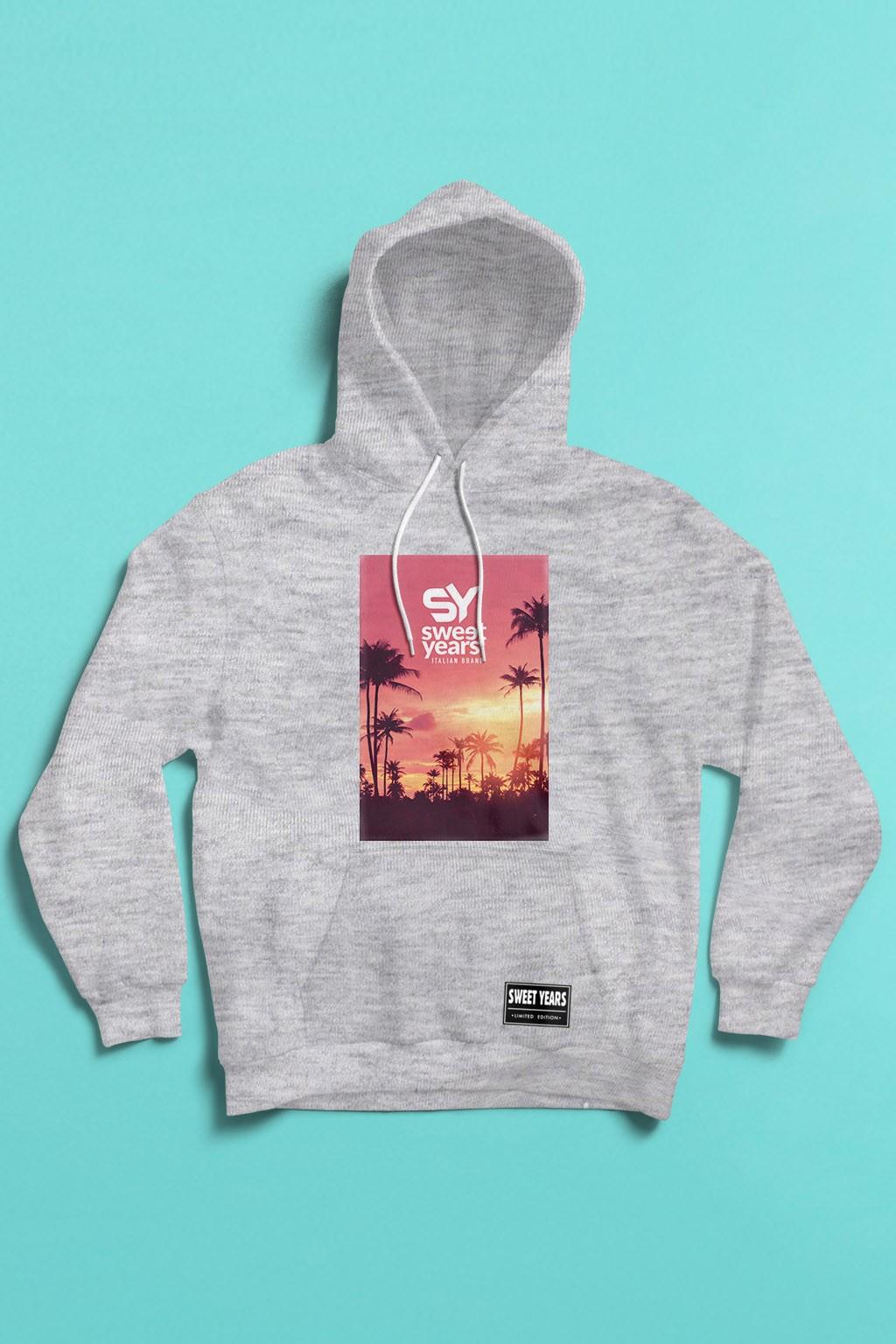 felpa con cappuccio Sweet Years da donna con grande stampa multicolor di un tramonto in rosa con palme sullo sfondo.