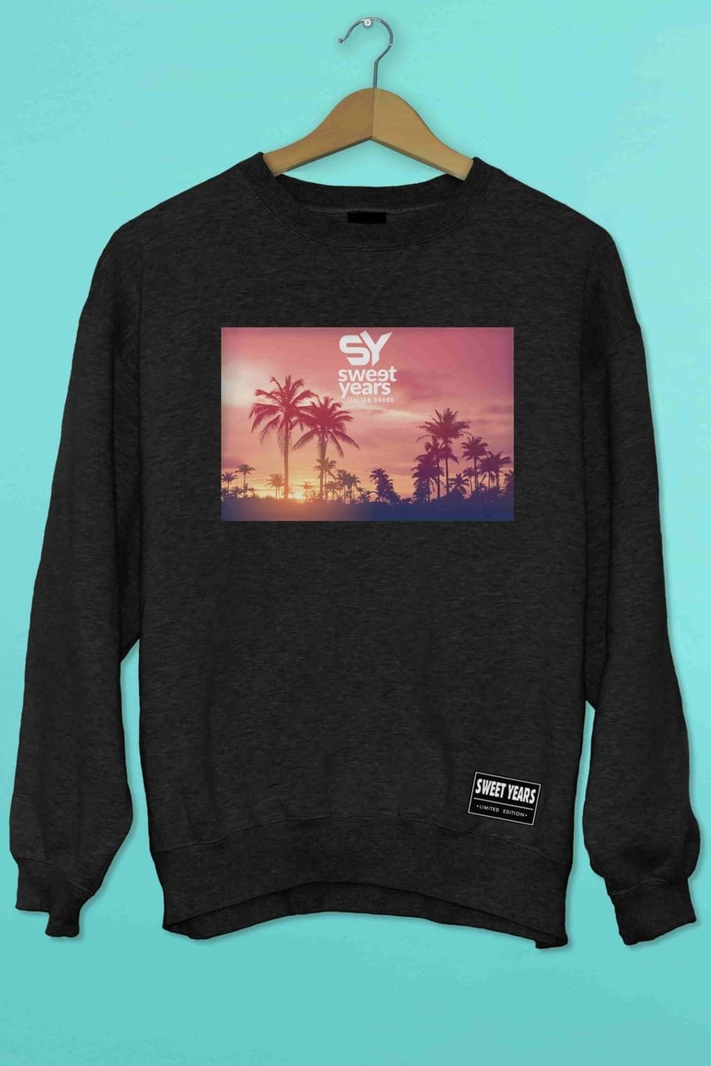 Felpa girocollo nera Sweet Years con stampa multicolor tramonto rosa con palme.