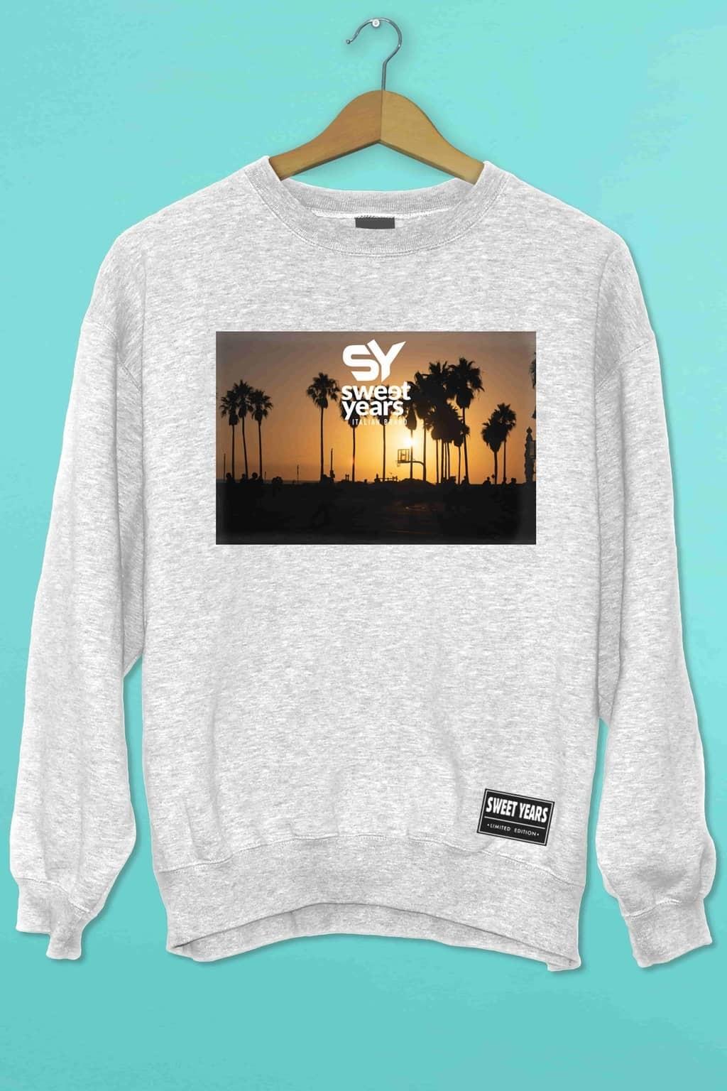 Felpa girocollo grigio melange Sweet Years con stampa multicolor tramonto con palme.