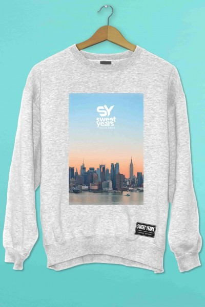 Felpa girocollo grigio melange Sweet Years con stampa multicolor tramonto con skyline New York.