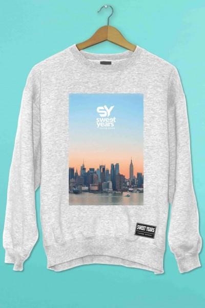 Felpa girocollo grigio melange Sweet Years con stampa multicolor tramonto con skyline New York.