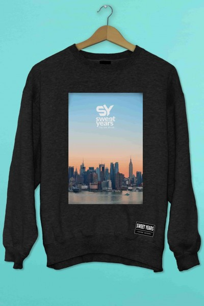 Felpa girocollo nera Sweet Years con stampa multicolor tramonto con skyline New York.