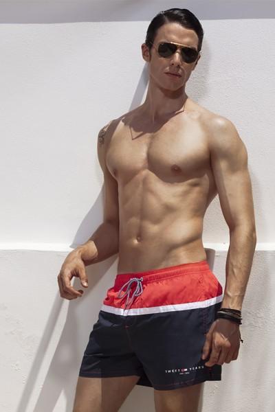 Boxer da mare Sweet Years trcolore con fascia centrale in contrasto, coulisse e marchio.