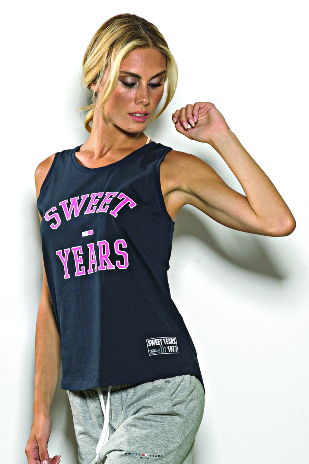 Canotta girocollo Sweet Years in cotone tinta unita con stampa del marchio centrale.