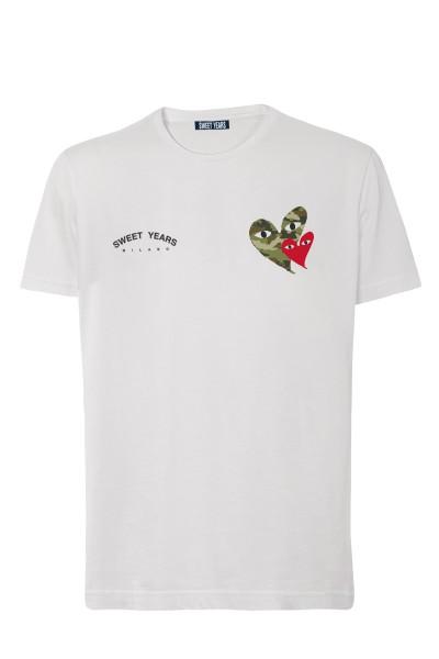 T-shirt in cotone bianco Sweet Years con piccole stampe di cuori camouflage sul davanti.
