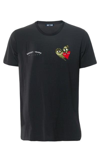 T-shirt in cotone nero Sweet Years con piccole stampe di cuori camouflage sul davanti.