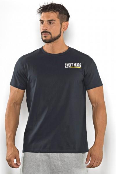 Acquista subito questa t-shirt Sweet Years da uomo in cotone girocollo tinta unita con stampa scritta sul petto.