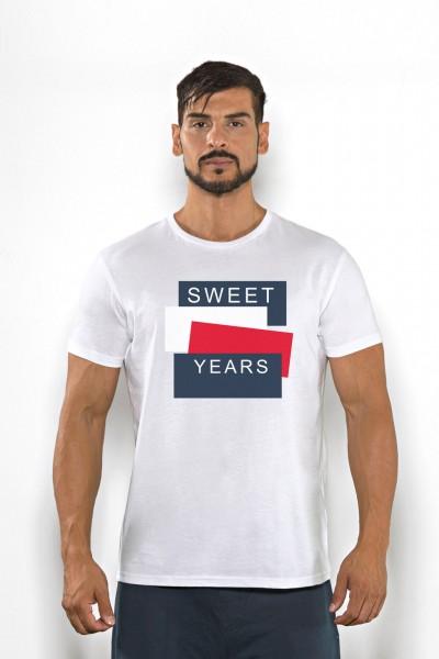 Acquista subito questa t-shirt Sweet Years da uomo in cotone girocollo tinta unita con grande stampa multicolor sul petto.