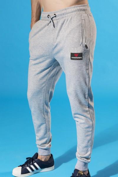 Acquista ora i pantaloni da uomo in felpa di cotone Sweet Years, con patch in contrasto sulla gamba.