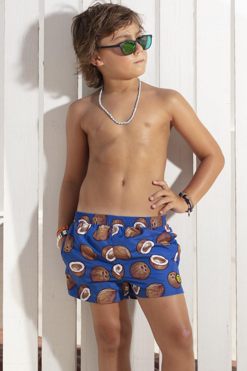 Acquista subito i boxer da mare tinta unita da bambino di Sweet Years, con stampa noci di cocco sulla gamba.
