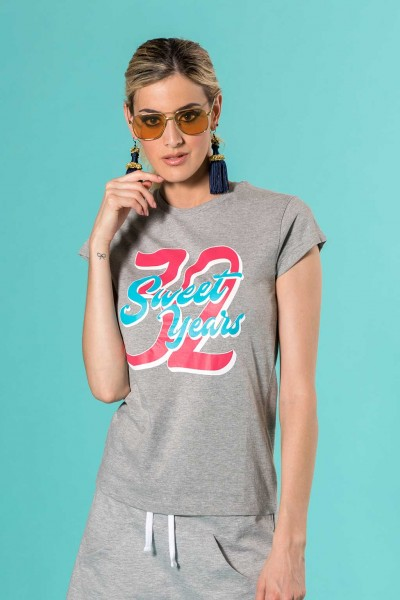 T-shirt smanicata in cotone con grande stampa centrale in contrasto Sweet Years